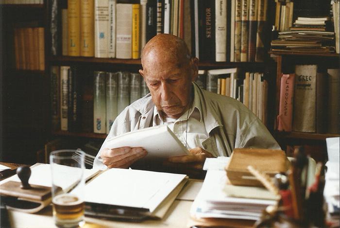 Michel Seuphor ontvangt het eerste exemplar van Terrasses, zijn laatste boek